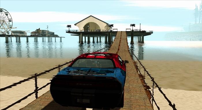 Вид с моста, соединяющего дом с пляжем