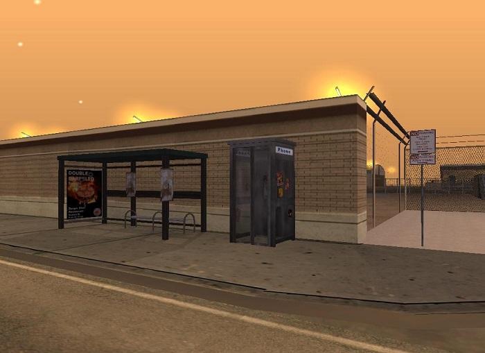Автобусная остановка расположена возле забора воздушной гавани