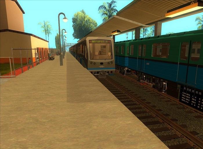 """Поезд """"Русич"""", использующийся в Москве и в Софии, прибывает на станцию в Лос-Сантосе"""