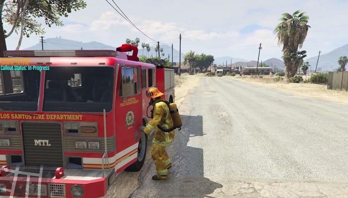 Пожарный возле спецмашины